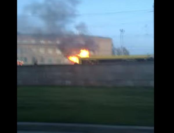 https: img-z.okeinfo.net content 2020 05 22 18 2217946 bus-yang-dilalap-api-tertangkap-kamera-melaju-di-jalanan-st-petersburg-OevkFXEvia.jpg
