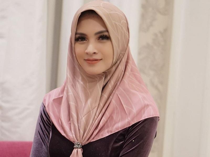 https: img-z.okeinfo.net content 2020 05 22 33 2218269 ingat-momen-pertama-kali-pakai-hijab-donita-mewek-YNzW4Ls6Yt.jpg