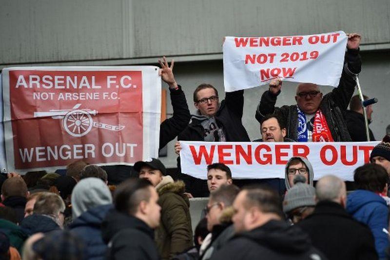 Fans Arsenal ingin Arsene Wenger lengser dari posisinya