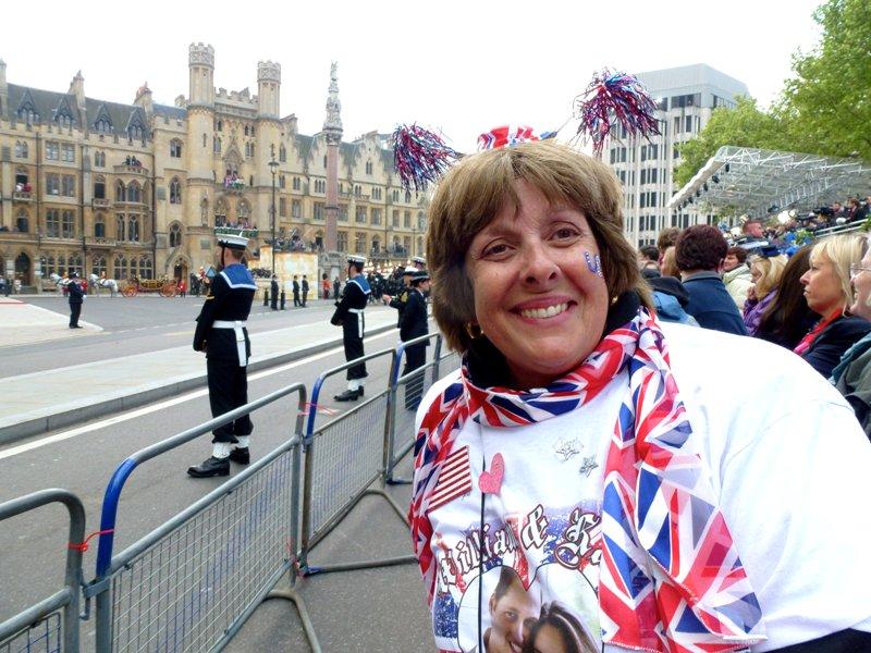 Pecinta Keluarga Kerajaan Inggris menunggu di luar Westminster