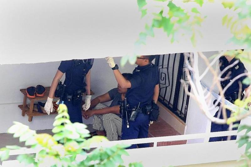 Kepolisian Singapura saat menemui Minah di rumah majikannya