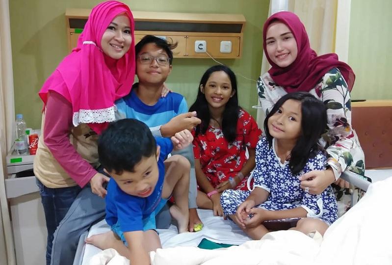 Okie Agustina, Adelia, dan anak-anak mereka