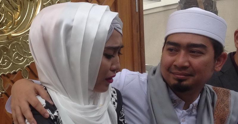 April Jasmine dan Ustadz Solmed