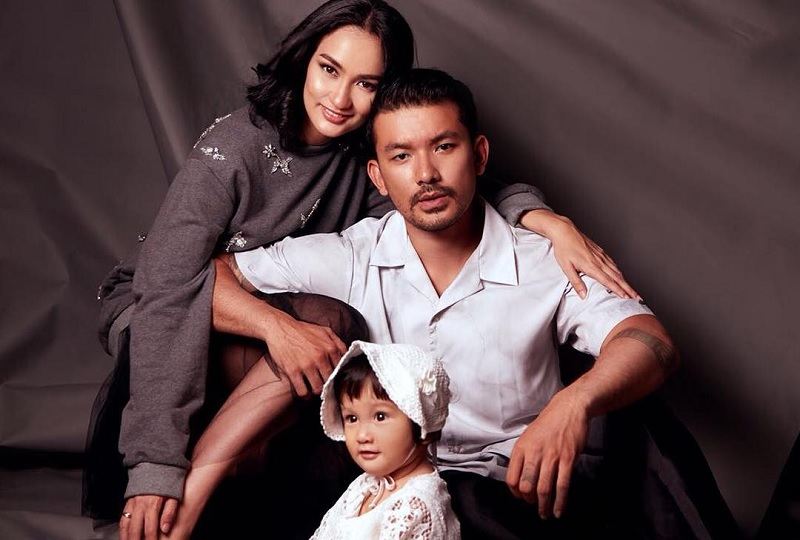 Atiqah Hasiholan, Rio Dewanto, dan anak mereka