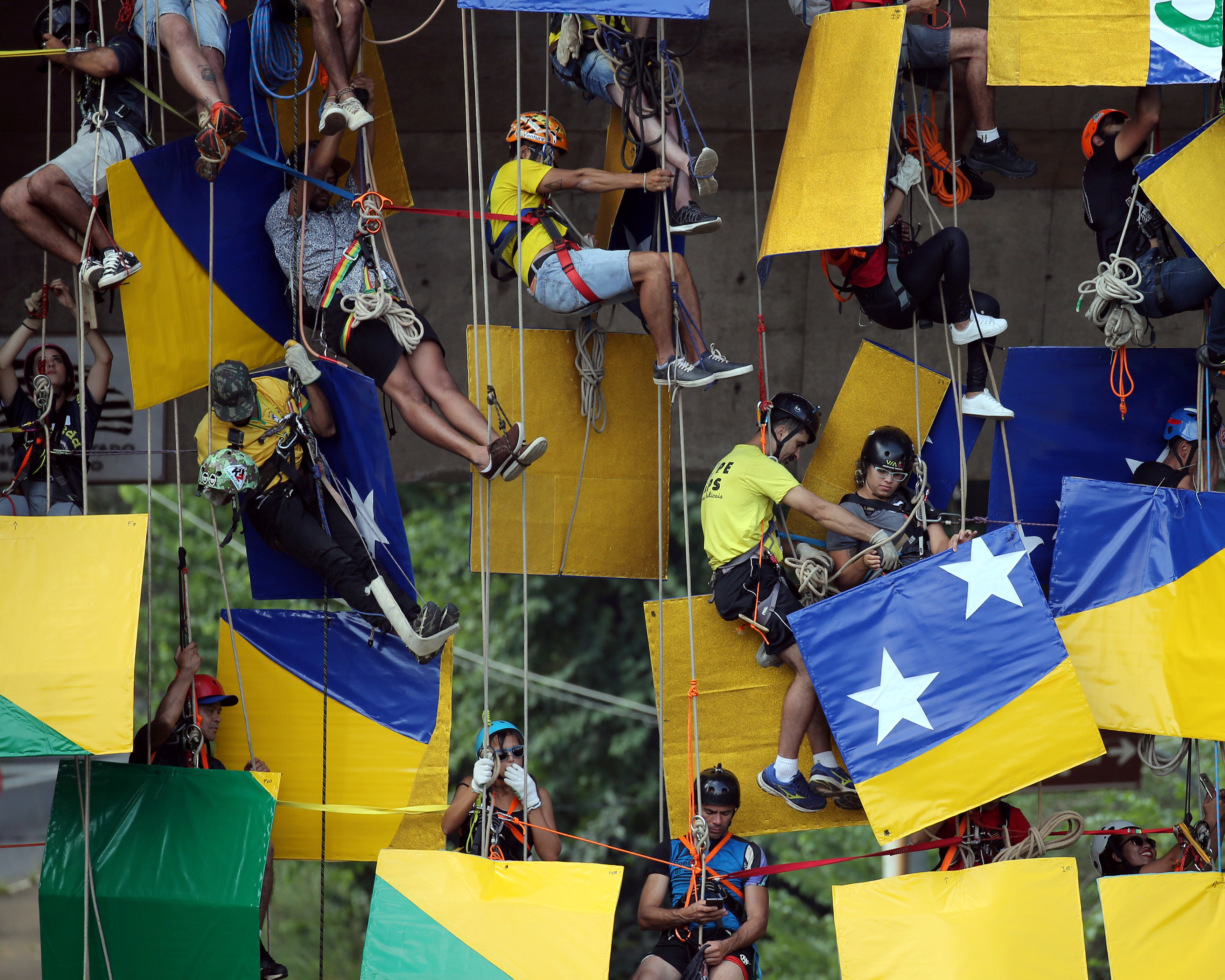 Mozaik Bendera Raksasa Dibuat Demi Dukung Brasil Di Piala