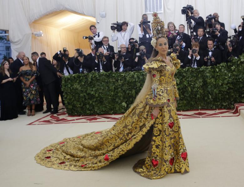 Beberapa Fashion Paling Kontroversial Yang digunakan Para Selebritis