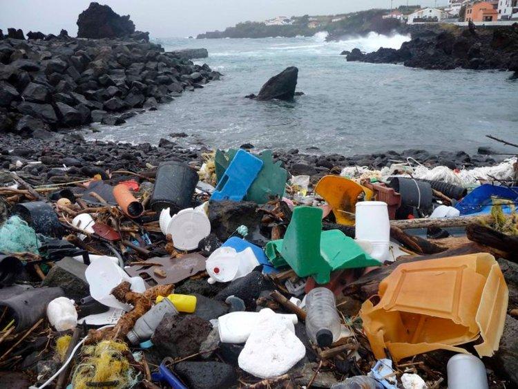 Ilustrasi Sampah di Pantai (foto: Thomson/Reuters)