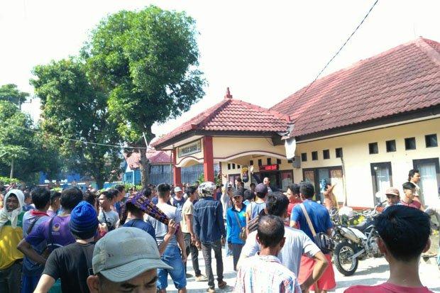Mencekam, Polsek Banten Diobrak Abrik Puluhan Nelayan