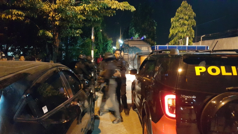 Polisi bersiaga di lokasi ledakan Bom Sidoarjo. Foto Okezone