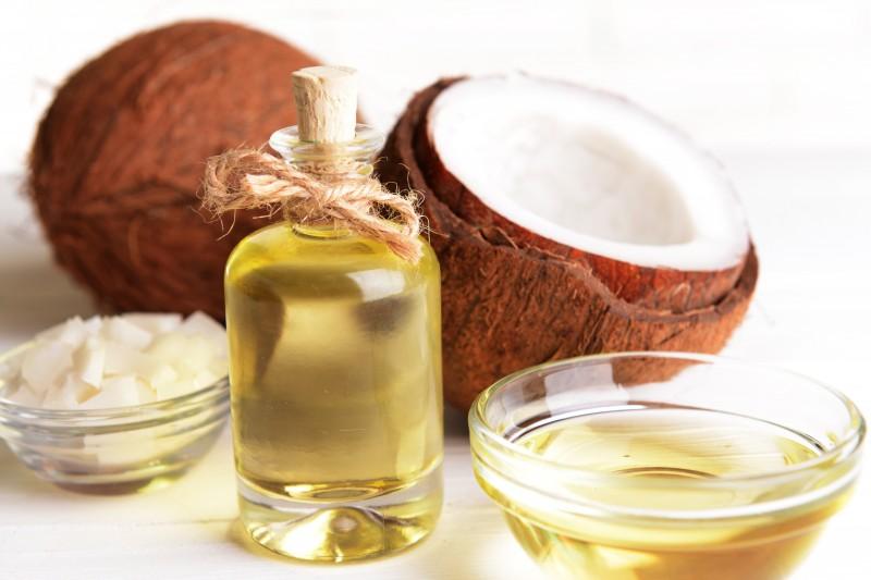 Mengandung sifat emolien membuat minyak kelapa membantu mengisi ruang diantara sel kulit mati,