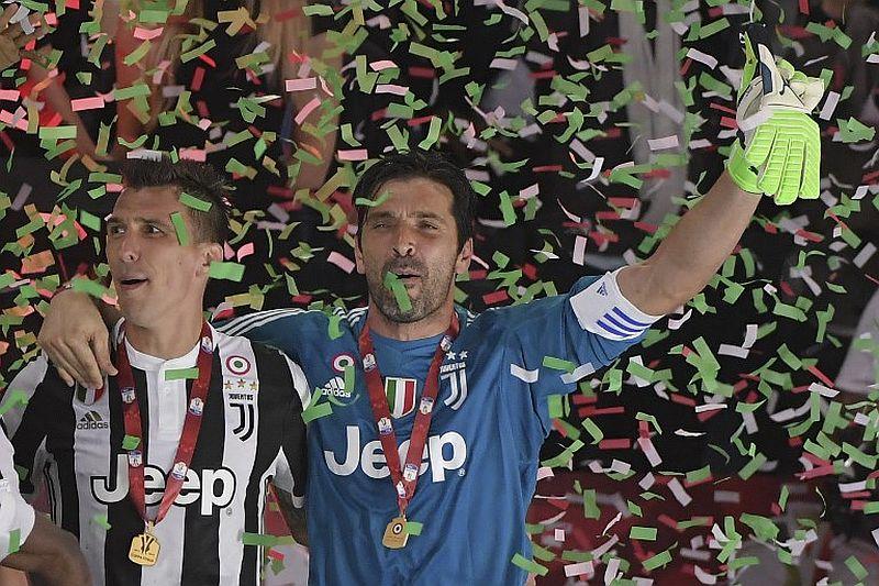 Mario Mandzukic dan Gianluigi Buffon