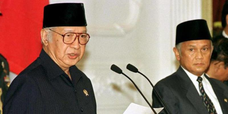 Soeharto menyerahkan jabatan Presiden kepada BJ Habibie. Foto: Reuters
