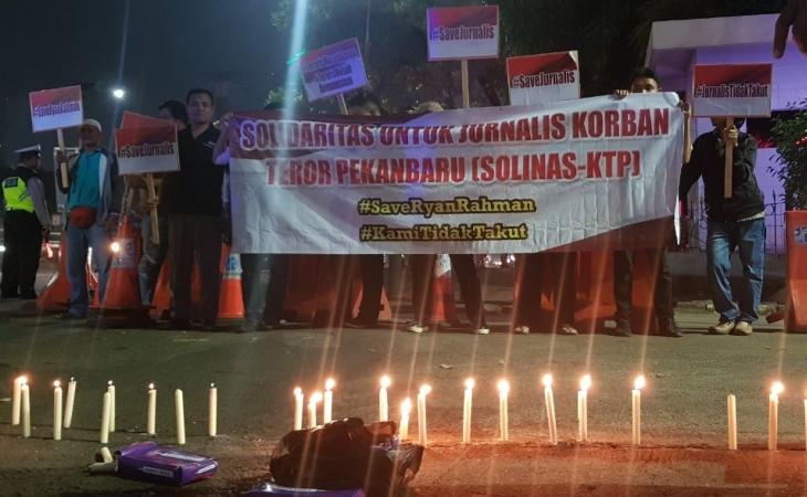 Aksi solidaritas jurnalis pasca-serangan di Mapolda Riau. Foto: Harits/Okezone
