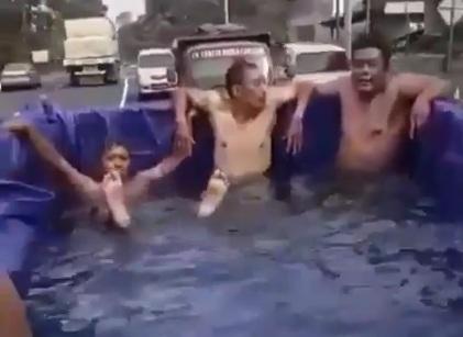 Berendam di truk