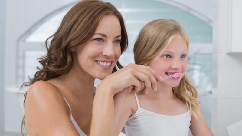 Ajarkan anak sikat gigi