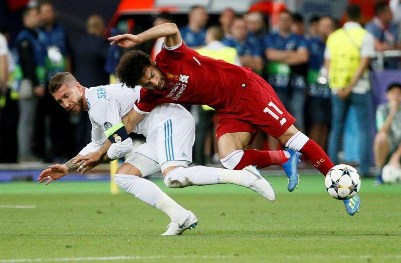 Sergio Ramos dan Mohamed Salah (Foto: Reuters)