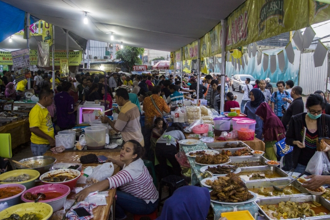 Warga membeli makanan untuk berbuka puasa di Pasar Takjil Benhil, Jakarta. Foto: Antara