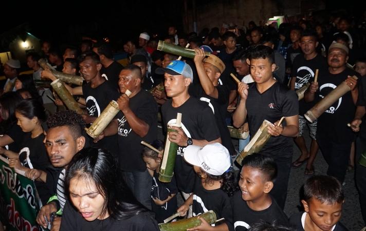 Tradisi 'toki' atau memukul kentungan untuk membangunkan sahur di Gorontalo. Foto: Antara