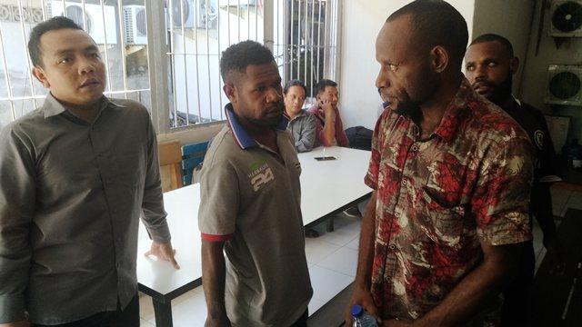 Fransiskus Nirigi Pelaku Candaan Bom di Pesawat LionAir Diperiksa Petugas (Foto: Ade Putra/Okezone)