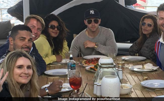 Nick Jonas dan Priyanka Chopra bersama teman-teman