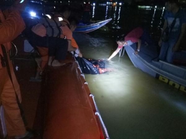 Korban tabrakan kapal di bawah Jembatan Ampera ditemukan tewas. Foto: Mewan H/Okezone