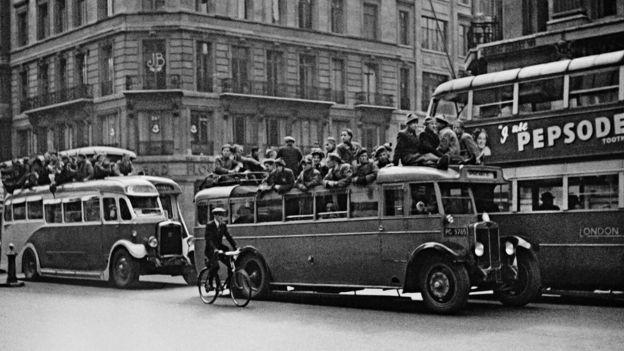 Suasana jelang final Piala FA 1936, saat klub London, Arsenal, menghadapi Sheffield United.  (Foto: John Turner, sumber BBC Indonesia