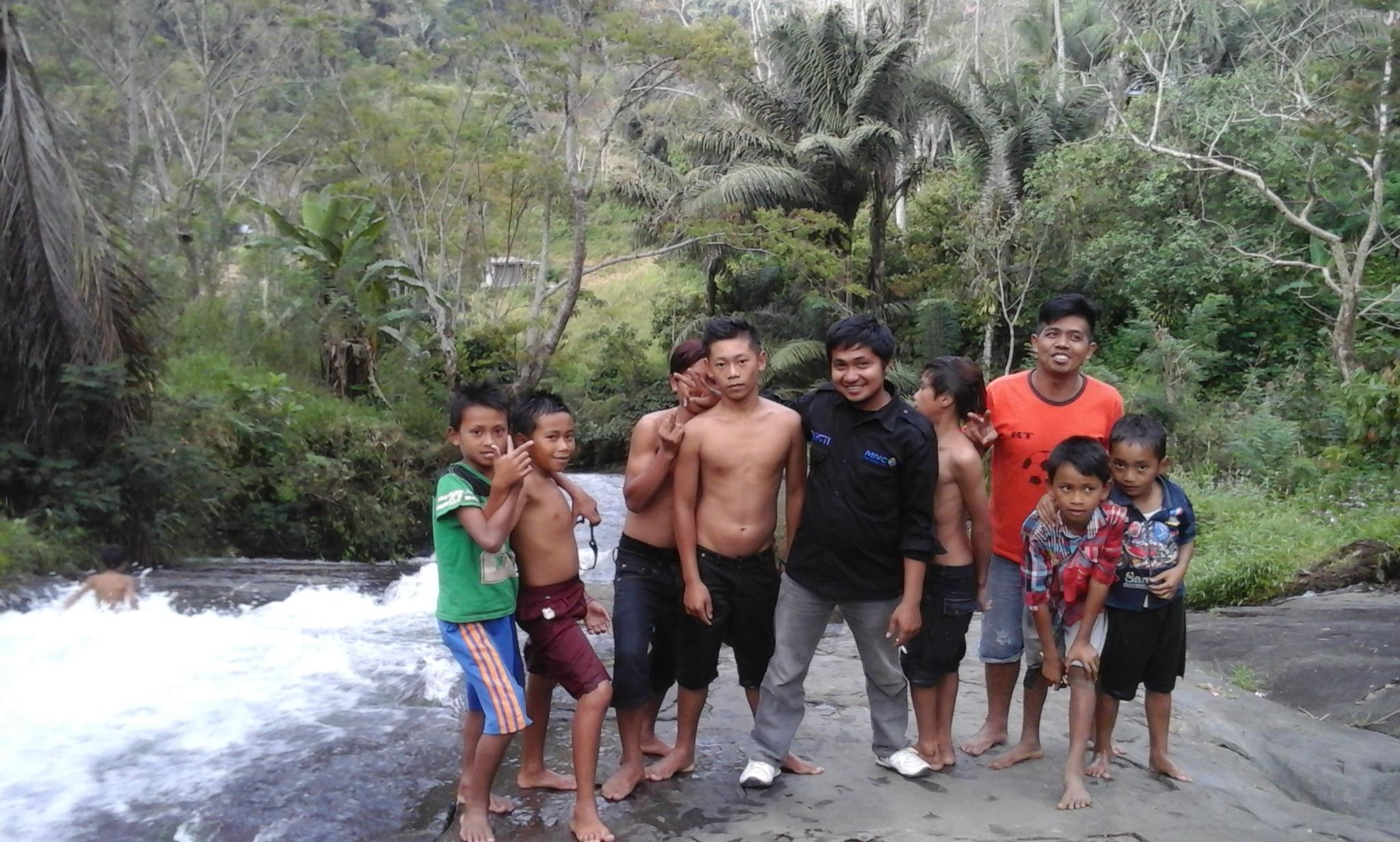 Objek Wisata ekstrem yang menantang adrenalin para pengunjung ini oleh warga sekitar disebut Air Terjun Simbongan