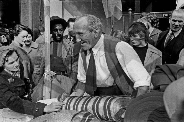 Suasana di sebuah pasar di Berwick Street Market, Soho, London, 1957. (Foto: John Turner, sumber BBC Indonesia)