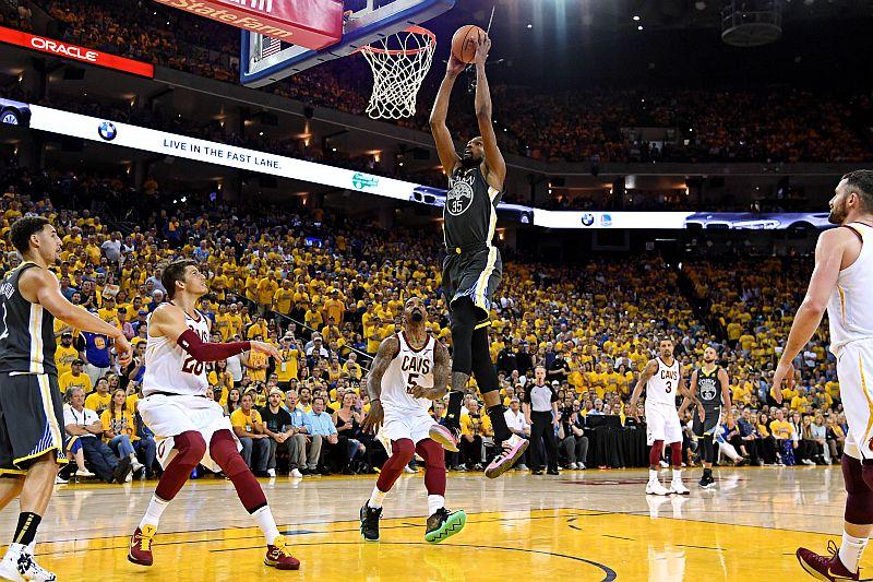 Kevin Durant melakukan dunk