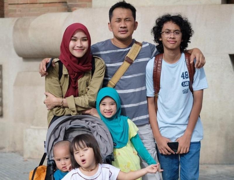 Zaskia Adya Mecca dan keluarga