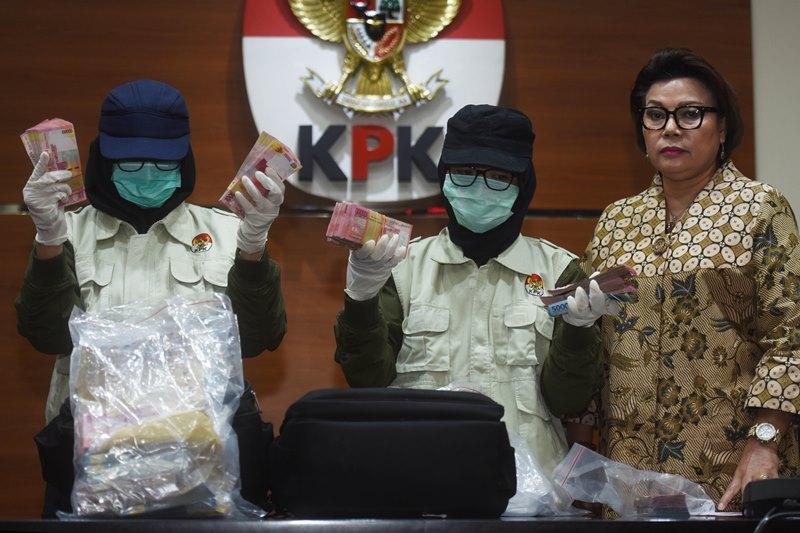 KPK menujukkan uang sitaan hasil OTT Bupati Nganjuk, Taufiqurrahman. Foto: Antara/Nugroho Gumay