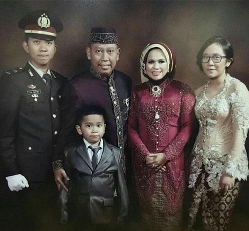 Ega Prayudi bersama Tukul dan keluarga