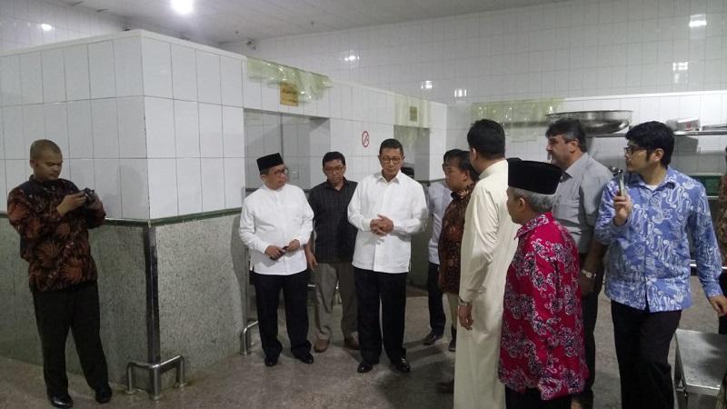 Menag Lukman Hakim meninjau dapur Burhan Al Huda, salah satu penyedia katering bagi jemaah haji Indonesia. (Ist)