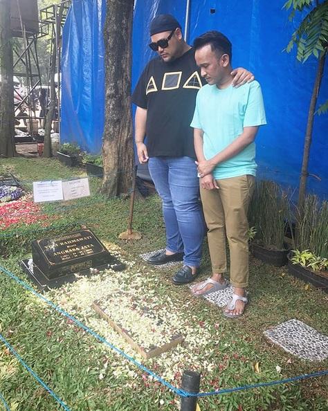 Ruben di makam Julia Perez