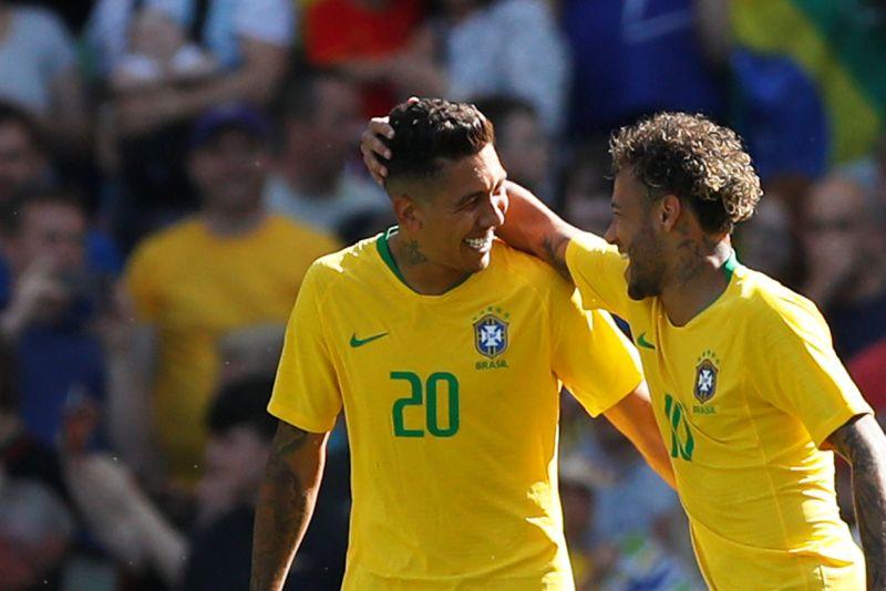 Roberto Firmino dan Neymar Jr (Foto: Reuters)