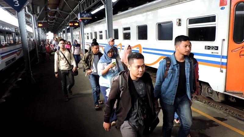 Pemudik Kereta Api Tiba di Semarang (foto: Taufik Budi/Okezone)