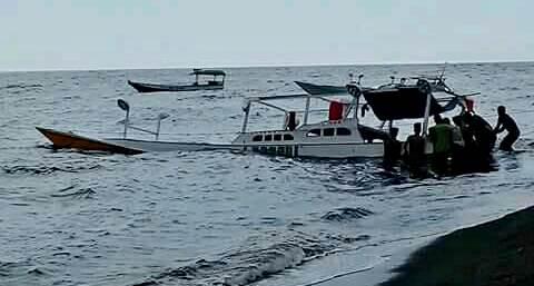 Kapal terbalik di NTB (Foto: Edyirawan)