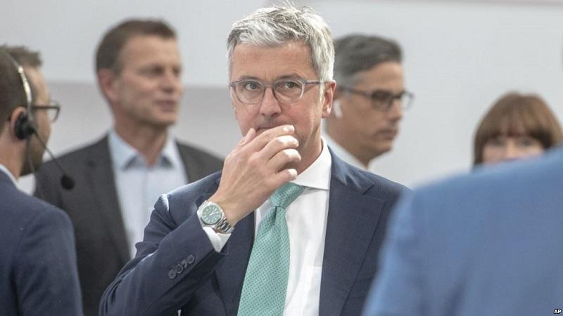 CEO divisi Audi Volkswagen, Rupert Stadler (tengah) saat hadir pada rapat umum pemegang saham di Ingolstadt, 9 Mei 2018. (AP)