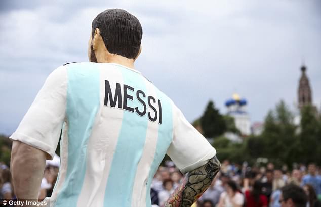 dirinya juga telah menghubungi salah satu perwakilan Messi untuk menyerahkan patung tersebut kepada pemain berusia 31 tahun itu.