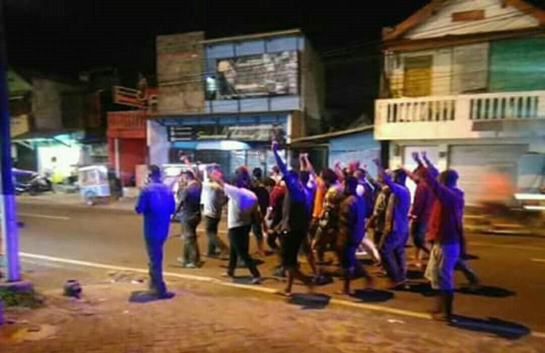 Bentrok di Malang Antara Warga dengan Mahasiswa asal Papua (foto: Avirista Midaada/Okezone)