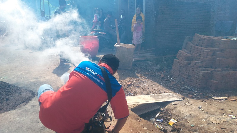 DPW Rescue Perindo Sulsel fogging di Jalan Tamangapa Raya, Kelurahan Bangkala, Kecamatan Manggala, Makassar. (Foto: Herman Amiruddin)
