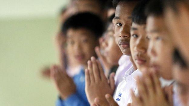 Banyak warga Thailand yang berdoa untuk keberhasilan upaya penyelamatan. (EPA)