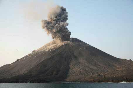 Gunung Anak Krakatau meletus (Dok BNPB)