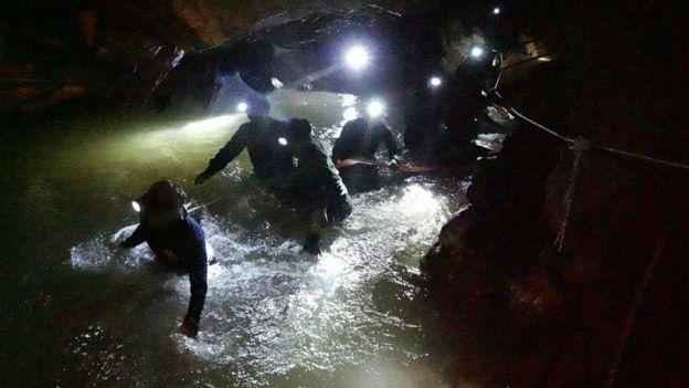 Lewat penyelaman yang berisiko tinggi, ke-13 orang yang terperangkap banjir di gua berhasil diselamatkan. (Getty Images)