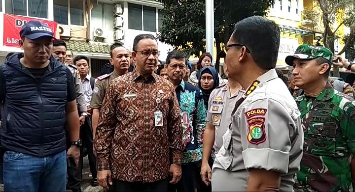 Gubernur DKI Jakarta Anies Baswedan meninjau lokasi ledakan ruko di Kebayoran Baru, Jaksel, Kamis (12/7/2018). (Foto: Harits Tryan Akhmad/Okezone)