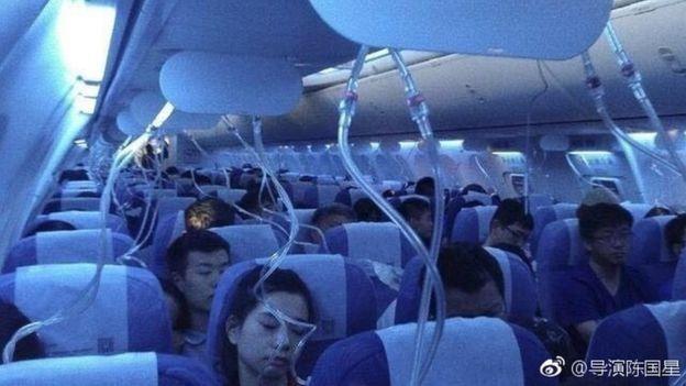 Sejumlah foto dipasang di internet memperlihatkan topeng oksigen dijatuhkan (foto: Weibo)