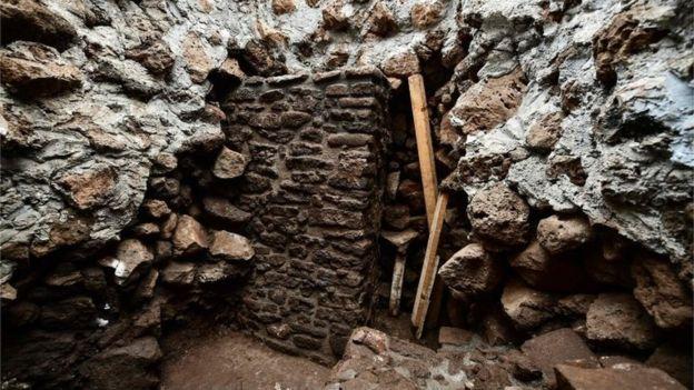 Gempa tersebut justru menampakkan keberadaan dinding-dinding kuil tua di bawah piramida. (AFP)