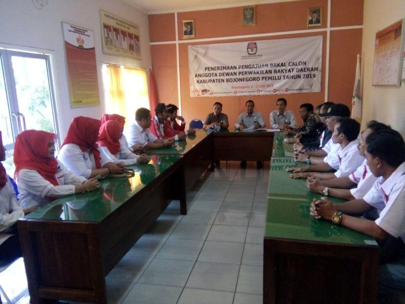 Perindo Bojonegoro Serahkan Dokumen Bacaleg ke KPU (foto: Avirista M/Okezone)