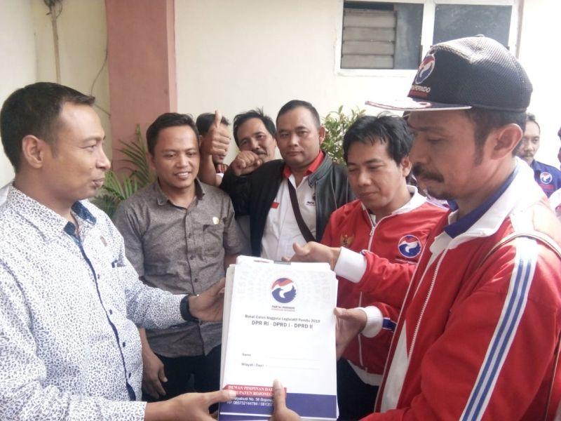 Perindo Bojonegoro Bawa Ayam Jago saat Serahkan Dokumen Bacaleg ke KPU (foto: Avirista M/Okezone)