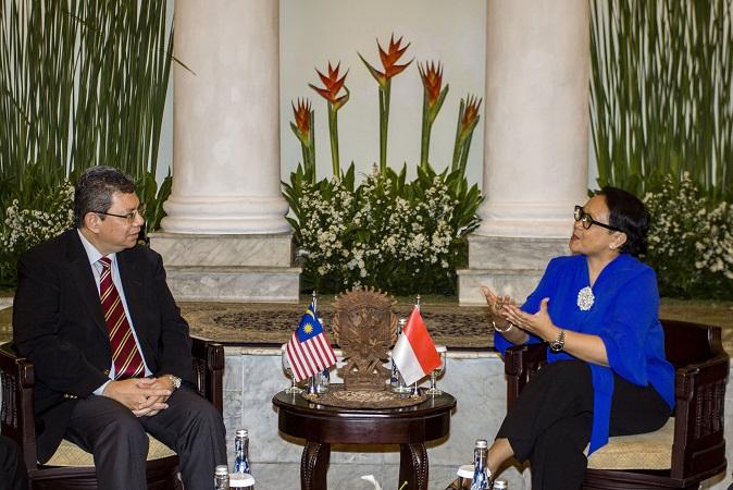 Menteri Luar Negeri Retno Marsudi (kanan) berbincang dengan Menteri Luar Negeri Malaysia Saifuddin Abdullah (kiri) di Gedung Pancasila, Kementerian Luar Negeri, Jakarta, Senin (23/7/2018). (Foto: Anta